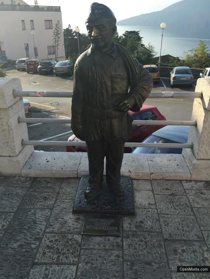 О Черногории: Добрый пятничный рассказ о маленьком человечке, памятник которому стоит в центре Херцег-  Нови