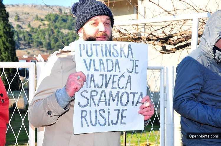 Новости Черногории: У посольства России в Черногории прошла акция в поддержку братьев Навальных