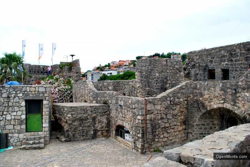 О Черногории: фотография крепости Шпаньола над городом Херцег-Нови