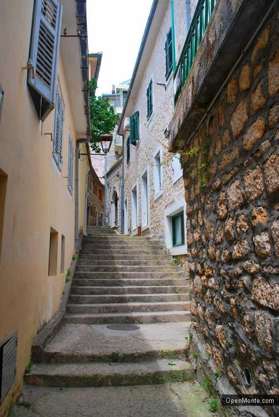 О Черногории: улица в Герцег-Нови
