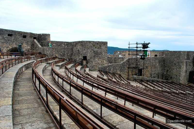 О Черногории: летний театр в Герцег-Нови